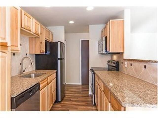 全新装修的两房一厅公寓,近机场,近大型商场,近波音学习。 - Seattle - Apartamento