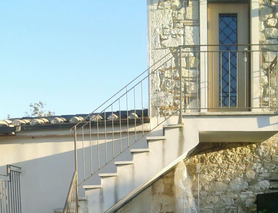La casa si trova al piano rialzato (primo piano)