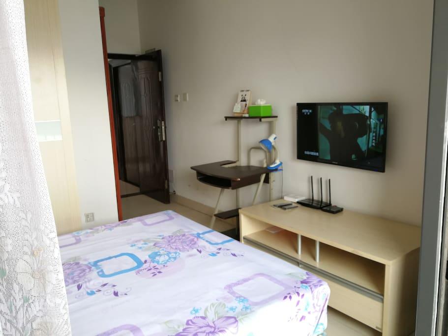 单身公寓卧房液晶电视和电视柜