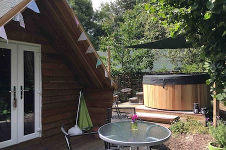 Luxury Glamping pod & hot tub with beautiful views