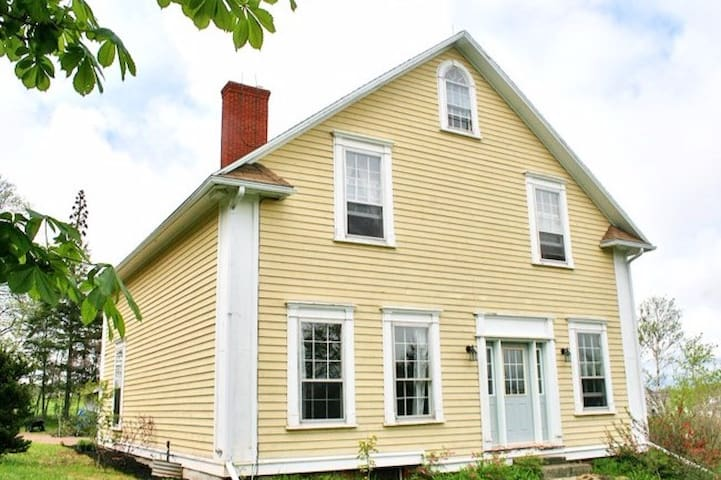 Wow! 6 Bedrooms, 1 Acre in the City - Charlottetown - Casa