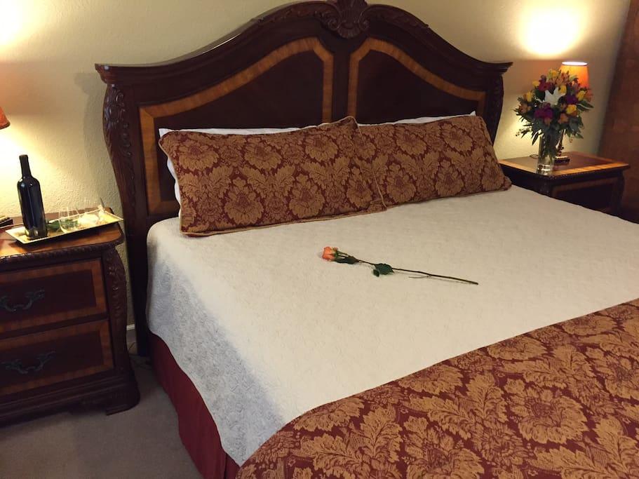 Lauren Room--King bed sleeps 2