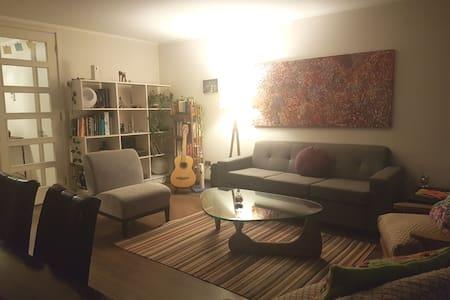 Comoda y amplia habitacion para dos en Las Condes.