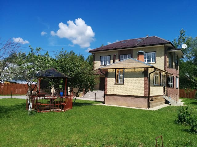 Huge cottage+garage just 35 m drive from Moscow!
