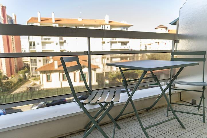 Balcon aménagé pour prendre son petit déjeuner, boire un verre ou encore diner!