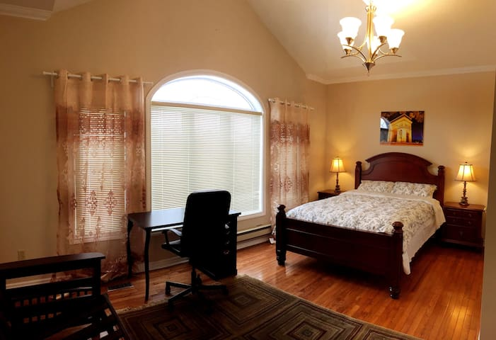Master Bedroom In a Big House 2-5 - Mississauga