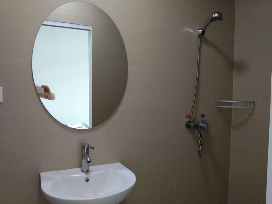 卫生间图1干净,整洁,山泉水,热水充裕。
