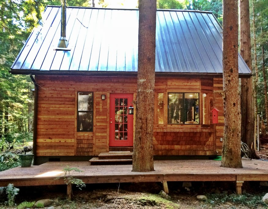 Cute, Clean, Freshly remodeled! Come and make yourselves at home in the the cozy cabin in the woods.