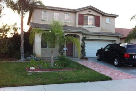Nice house in front of Lake! - Moreno Valley - Huis