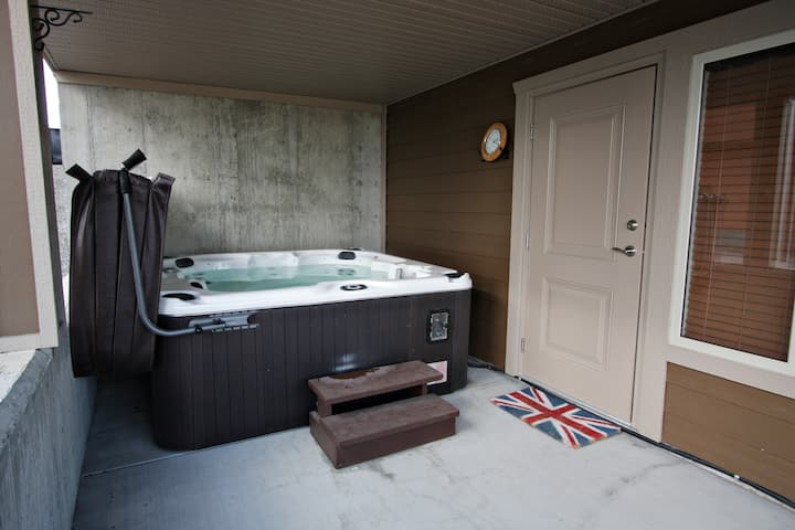 Comfy King Bed, private bath, w/hot-tub