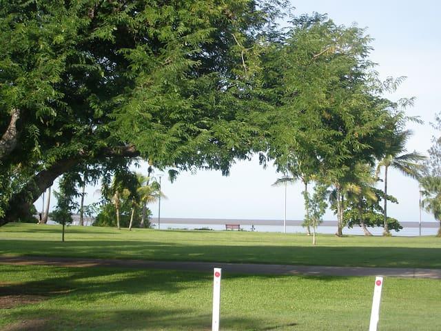 Esplanade 2bdr, 5min walk to city - Cairns North - Apartment