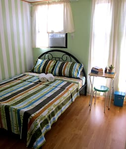 Budget A/C Room for 2 near Airport - Bed & Breakfast