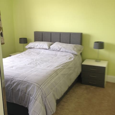 Double room in spacious house - Uxbridge - Hus