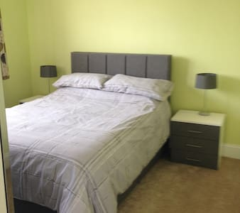 Double room in spacious house - Uxbridge - 独立屋