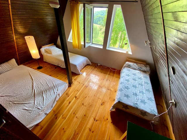 Nowa aranżacja dużej sypialni. Jest naprawdę fajniej i wygodniej. Wygodny materac dla rodziców, dwa łóżka dla dzieci, szafa i przestrzeń na bagaże.