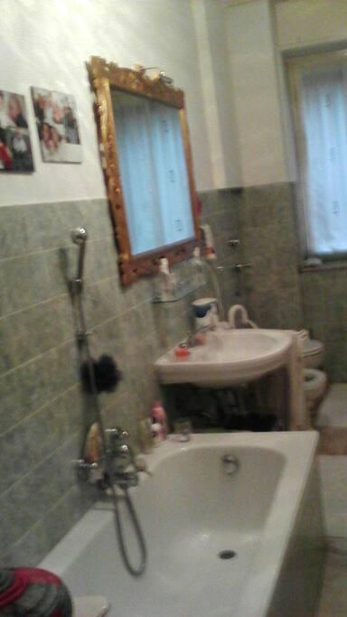 Bagno con vasca e ampio specchio