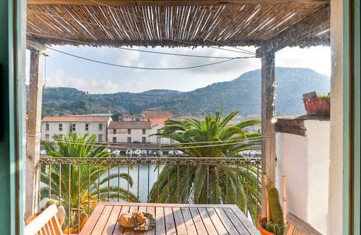 apart.terrace overlooking the river - Bosa - Apartamento