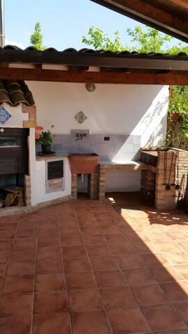 Cucina esterna con forno a legna e barbecue