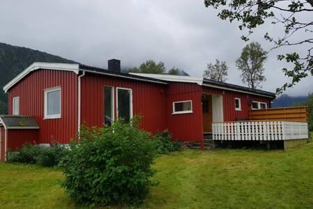 Koselig hus nærheten av strand i Lofoten
