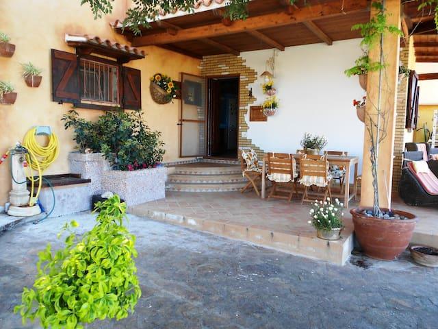 Villa con cortile,vista mare