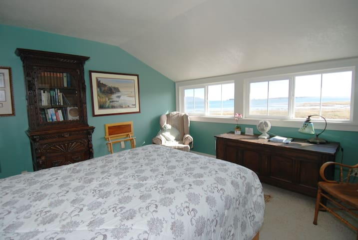 Lewis & Clark Room - China Beach Retreat