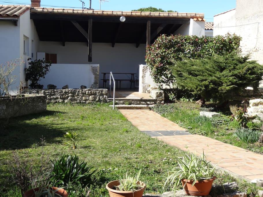 Jardin et préau, vus du salon