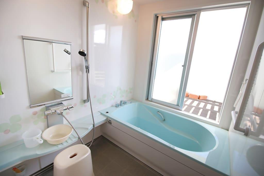 広めの浴室。大きめの浴槽