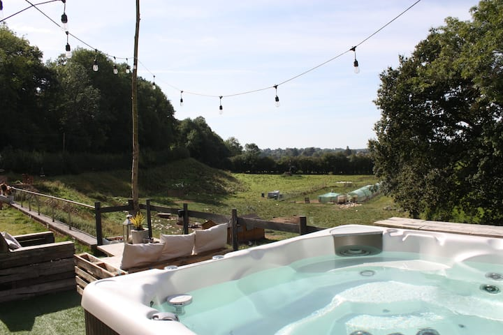 Rural & river views, hot tub & 10 min walk to town