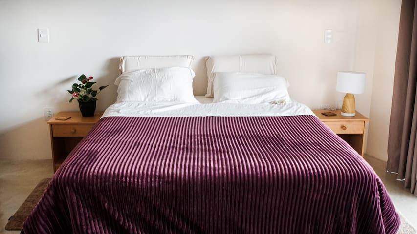 Quarto 1 - Suiíte com cama queen, confortável e espaçosa.