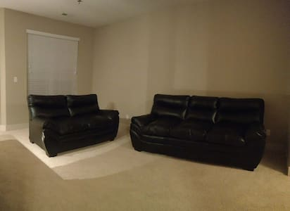 Comfortable Couch in quiet, clean & safe apartment - West Des Moines