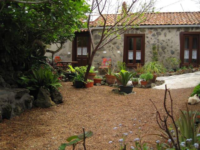 Haus auf einer blumenreichen Finca - El Tanque - Talo