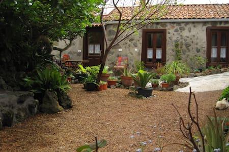 Haus auf einer blumenreichen Finca - El Tanque - House