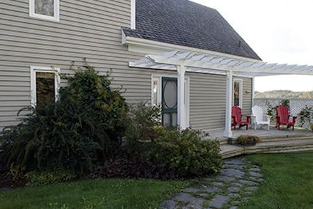 Stunning 4 bedroom, 3 bathroom oceanfront home - Mahone Bay - Casa