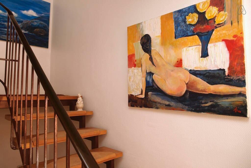 Treppenhaus mit Original Gemälden