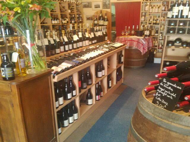 La cave des Arceaux !! Fred et son équipe se feront un plaisir de vous conseiller autour des vins du Languedoc