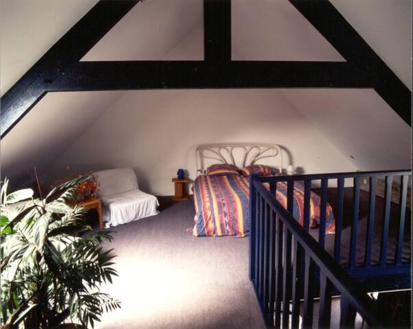 queen size double beds (1m60 de large)