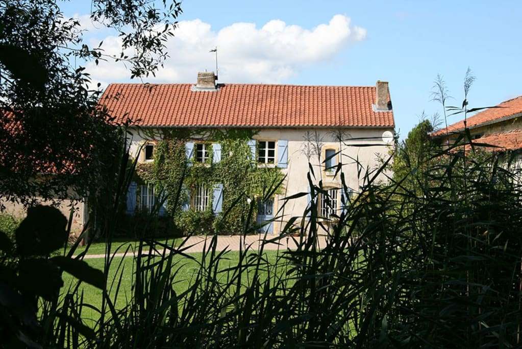 Le gîte et son entrée indépendante dans la cour de l'ancienne ferme cistercienne