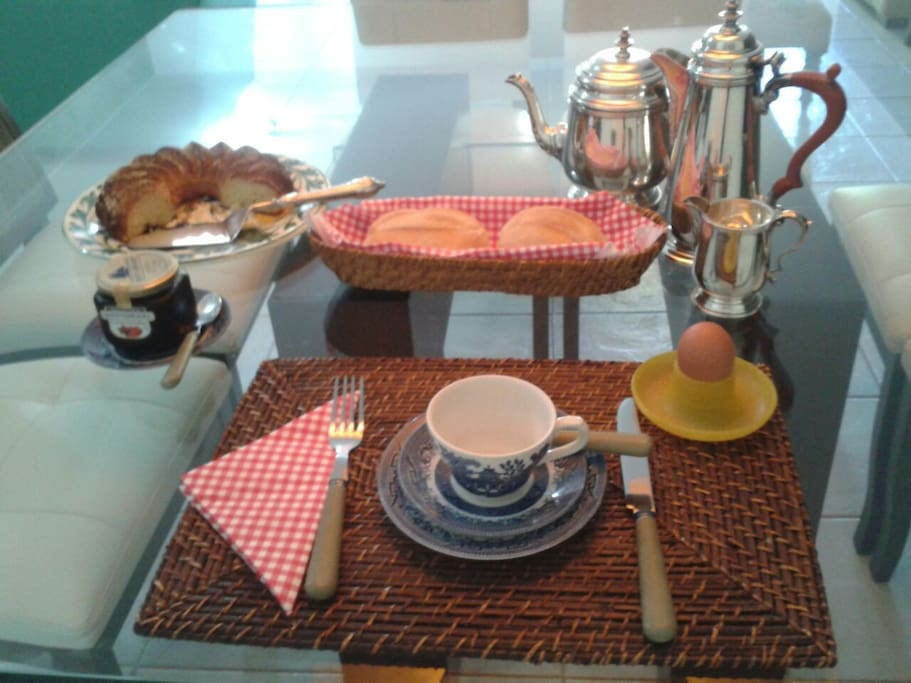 Café da manhã: Café ou chá / Pães, torradas, bolo, geléia, ovo cozido e suco de laranja.