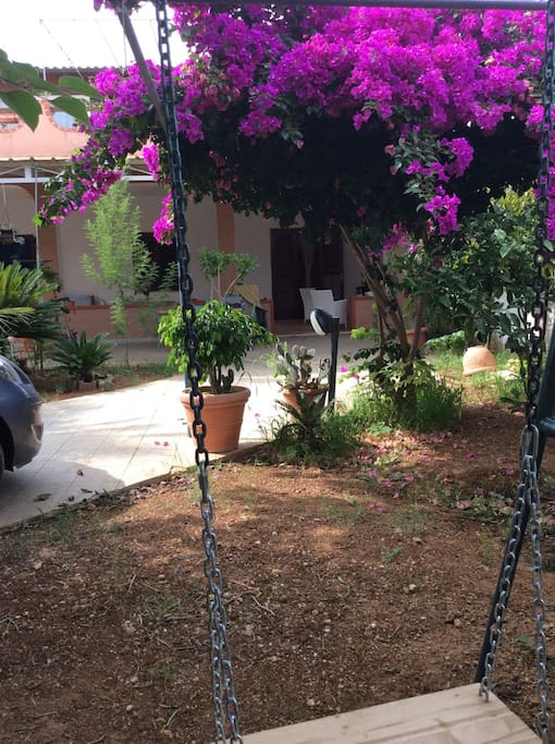 Giardino con spazi per parcheggiare auto e giochi per i bambini