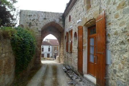 maison de village très ancienne  - House