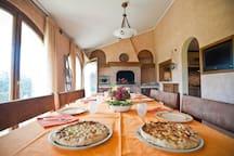 Sala pranzo con camino e grill. Aria condizionata e televisione