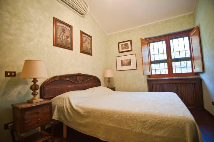 Camera matrimoniale ( B ). Aria condizionata e televisione