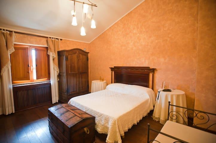 Camera matrimoniale ( A ).  Aria condizionata e televisione