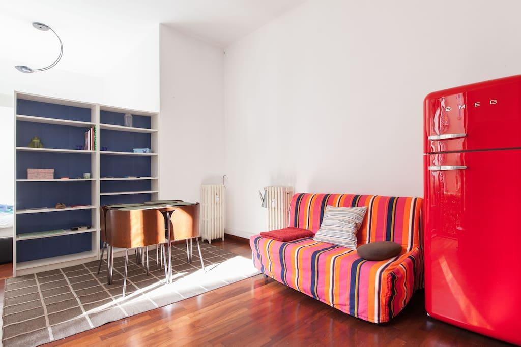 soggiorno tavolo e divano letto - living room table and sofa bed