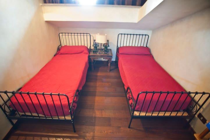 Camera a due letti in mansarda (E). Aria condizionata e televisione