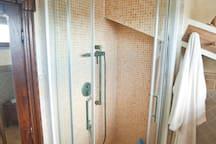 Doccia del bagno in mansarda