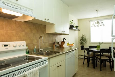 Sunny, Clean, Convenient DT Condo - Edmonton - Apartment