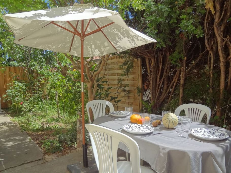 Vue sur la terrasse-jardin, idéale pour prendre ses repas à l'extérieur