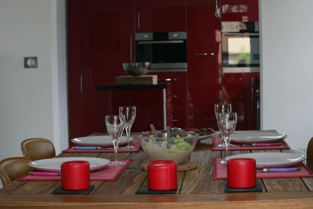 Salle à manger donnant sur le séjour et cuisine.