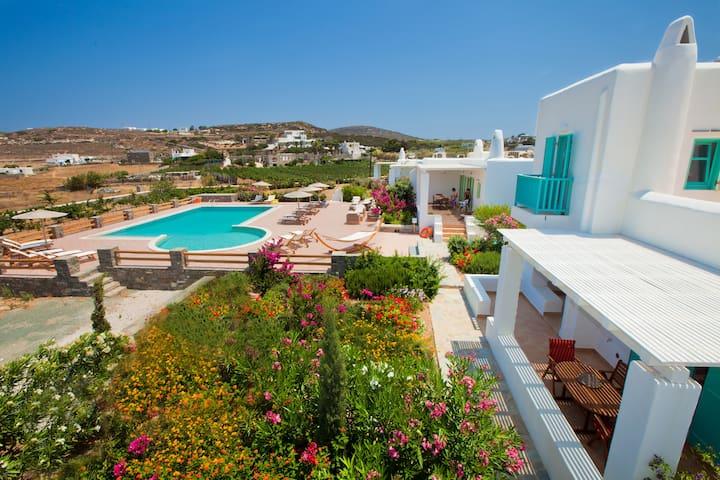 Beautiful villa for 5 in a luxury complex in Paros